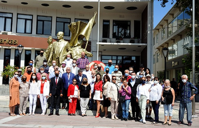 CHP'nin kuruluşunun 98'inci yılı Çeşme'de törenle kutlandı